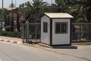 שער לרכב וביתן שומר במושב גן השומרון