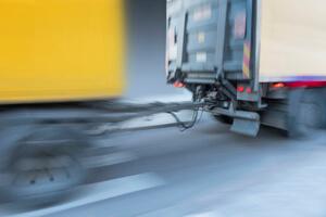 משאית מושכת נגרר באמצעות וו גרירה